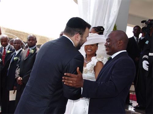 Dan Gertler au marriage de Joseph Kabila et Olive Lembe. Il est le proprietaire des sociétés fictives anonymes outre-mer qui ont fait perdre le Congo plus de 5,5 milliards de dollars dans des deals mafieux.