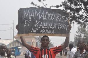 Un manifestant à Goma après la tentative de rappel de Ndala à Kinshasa, déjouée par la population locale