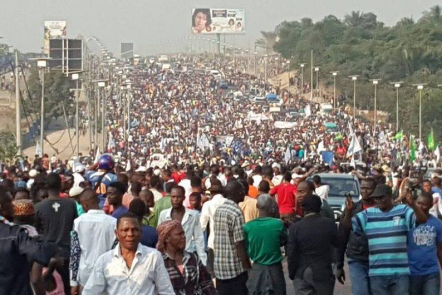 Masse critique et la versatilité des foules